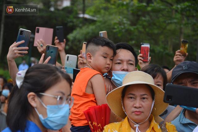 Ảnh: Trẻ em khóc thét, người nhà dùng hết sức đưa con thoát cảnh vạn người chen chúc tại Đền Hùng - Ảnh 4.