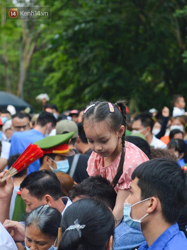 Ảnh: Trẻ em khóc thét, người nhà dùng hết sức đưa con thoát cảnh vạn người chen chúc tại Đền Hùng - Ảnh 5.