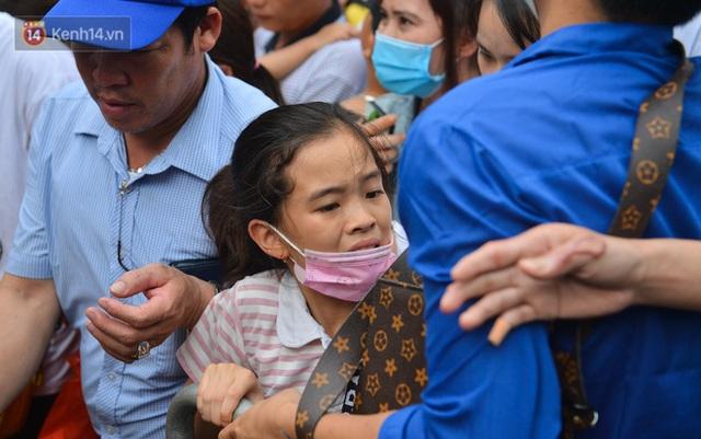Ảnh: Trẻ em khóc thét, người nhà dùng hết sức đưa con thoát cảnh vạn người chen chúc tại Đền Hùng - Ảnh 6.