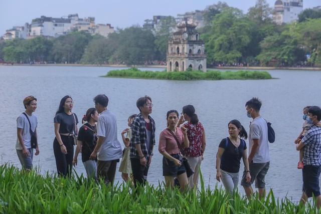 Chen chân lên Hồ Gươm hóng gió ngày nghỉ lễ Giỗ Tổ  - Ảnh 6.