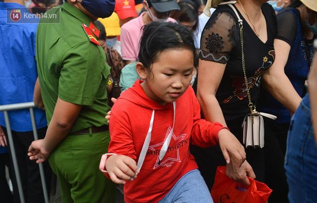 Ảnh: Trẻ em khóc thét, người nhà dùng hết sức đưa con thoát cảnh vạn người chen chúc tại Đền Hùng - Ảnh 8.