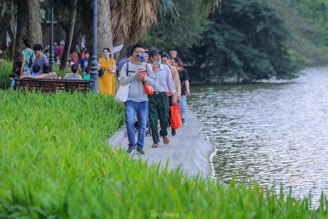 Chen chân lên Hồ Gươm hóng gió ngày nghỉ lễ Giỗ Tổ  - Ảnh 8.