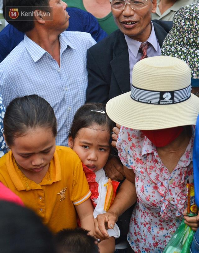 Ảnh: Trẻ em khóc thét, người nhà dùng hết sức đưa con thoát cảnh vạn người chen chúc tại Đền Hùng - Ảnh 9.