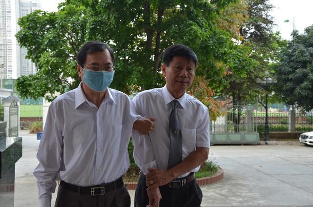 Cựu Bộ trưởng Vũ Huy Hoàng đến sớm hầu tòa, luật sư phải dìu lên từng bậc thềm - Ảnh 2.