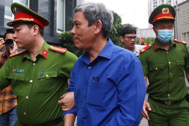 Cựu Bộ trưởng Vũ Huy Hoàng đến sớm hầu tòa, luật sư phải dìu lên từng bậc thềm - Ảnh 4.