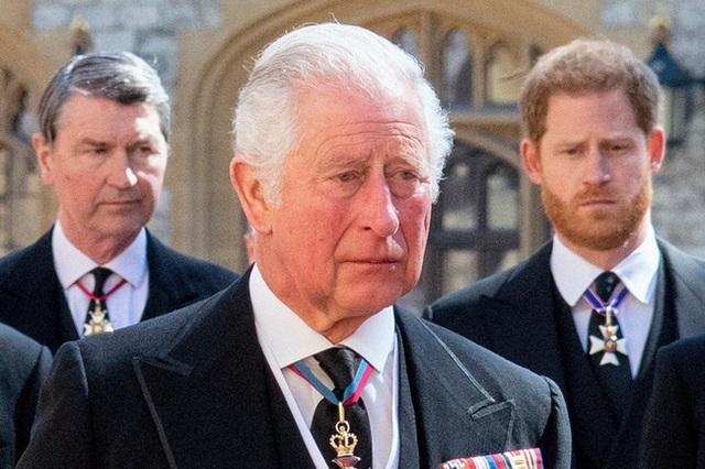 Không ở lại mừng sinh nhật Nữ hoàng, Harry còn có hành động phũ phàng với cha sau tang lễ ông nội, Meghan bị nghi đứng sau tất cả? - Ảnh 1.