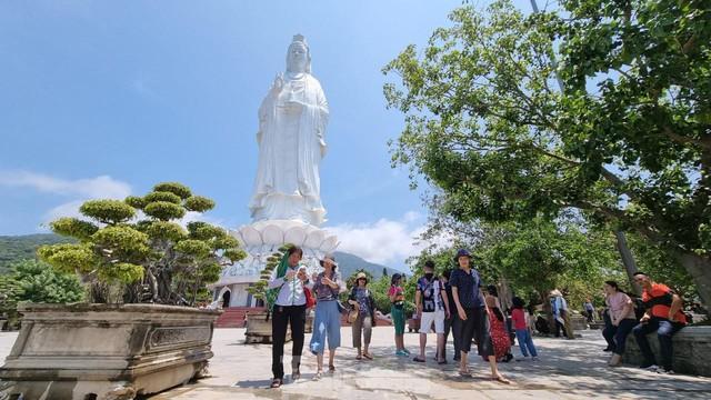 Khách sạn ven biển Đà Nẵng đã kín phòng hơn 75% dịp Lễ 30/4 - 01/5 - Ảnh 2.