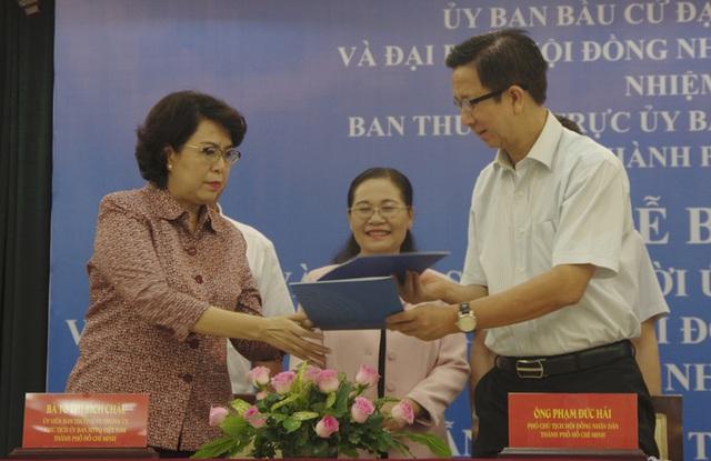 TP HCM bàn giao hồ sơ ứng cử viên đại biểu Quốc hội, đại biểu HĐND  - Ảnh 1.