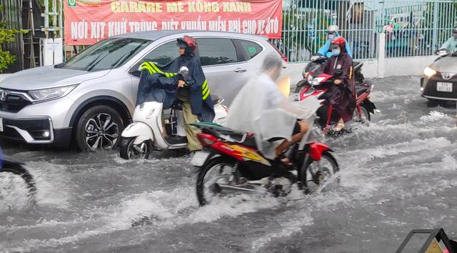 Sau cơn mưa lớn, một số tuyến đường cửa ngõ phía Tây TP HCM lại ngập  - Ảnh 2.