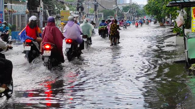 Sau cơn mưa lớn, một số tuyến đường cửa ngõ phía Tây TP HCM lại ngập  - Ảnh 4.