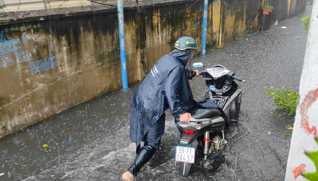 Sau cơn mưa lớn, một số tuyến đường cửa ngõ phía Tây TP HCM lại ngập  - Ảnh 5.