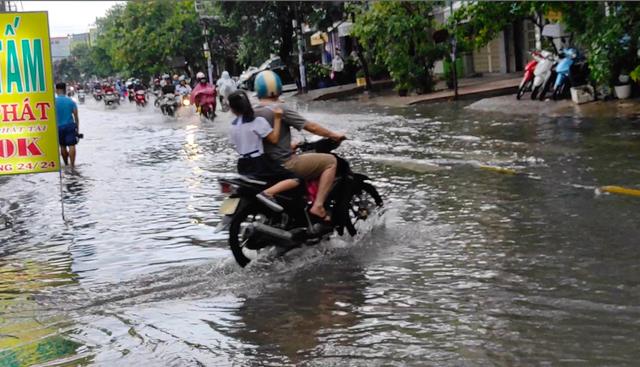Sau cơn mưa lớn, một số tuyến đường cửa ngõ phía Tây TP HCM lại ngập  - Ảnh 6.