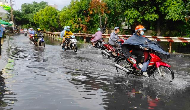 Sau cơn mưa lớn, một số tuyến đường cửa ngõ phía Tây TP HCM lại ngập  - Ảnh 7.