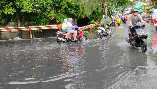 Sau cơn mưa lớn, một số tuyến đường cửa ngõ phía Tây TP HCM lại ngập  - Ảnh 8.