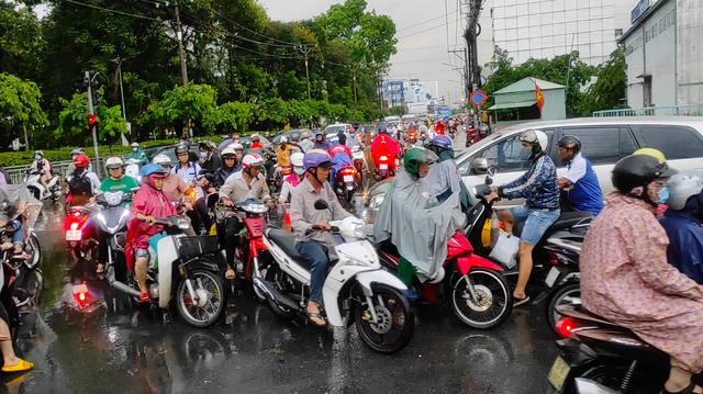 Sau cơn mưa lớn, một số tuyến đường cửa ngõ phía Tây TP HCM lại ngập  - Ảnh 10.