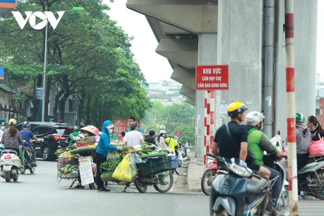 Nhan nhản chợ cóc chiếm dụng lòng đường trên nhiều tuyến phố Hà Nội - Ảnh 1.