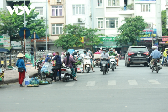Nhan nhản chợ cóc chiếm dụng lòng đường trên nhiều tuyến phố Hà Nội - Ảnh 2.