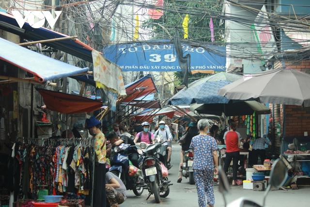 Nhan nhản chợ cóc chiếm dụng lòng đường trên nhiều tuyến phố Hà Nội - Ảnh 11.