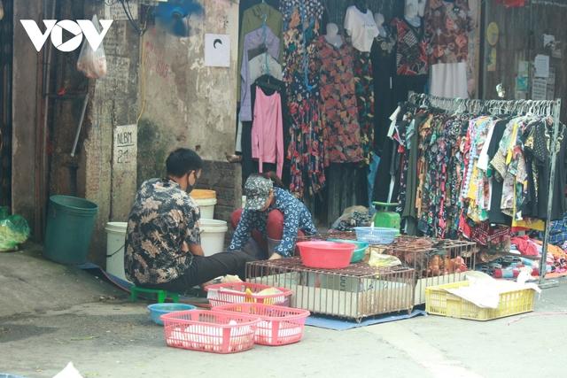 Nhan nhản chợ cóc chiếm dụng lòng đường trên nhiều tuyến phố Hà Nội - Ảnh 12.
