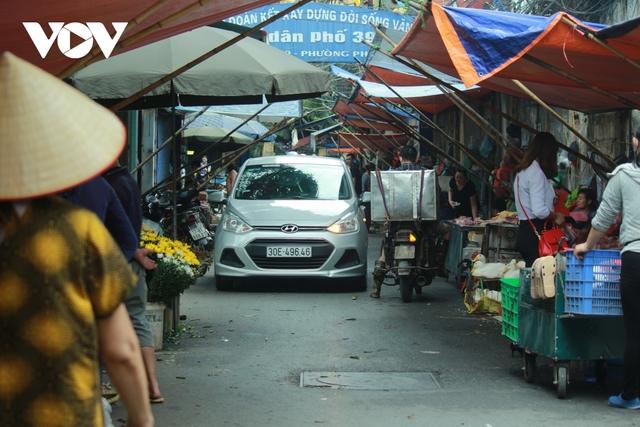 Nhan nhản chợ cóc chiếm dụng lòng đường trên nhiều tuyến phố Hà Nội - Ảnh 13.