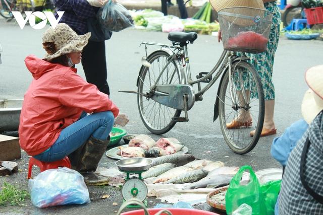 Nhan nhản chợ cóc chiếm dụng lòng đường trên nhiều tuyến phố Hà Nội - Ảnh 15.