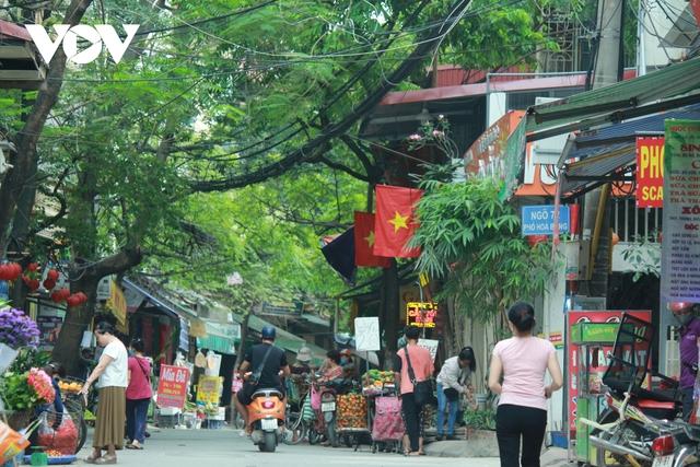 Nhan nhản chợ cóc chiếm dụng lòng đường trên nhiều tuyến phố Hà Nội - Ảnh 16.