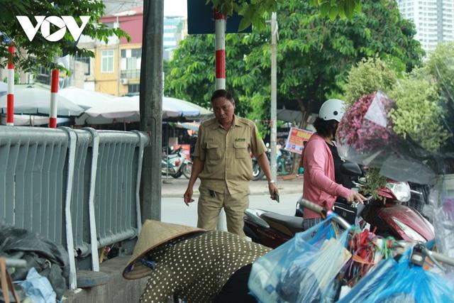 Nhan nhản chợ cóc chiếm dụng lòng đường trên nhiều tuyến phố Hà Nội - Ảnh 17.