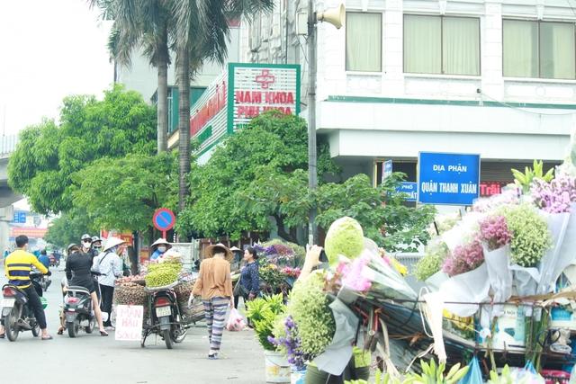 Nhan nhản chợ cóc chiếm dụng lòng đường trên nhiều tuyến phố Hà Nội - Ảnh 18.