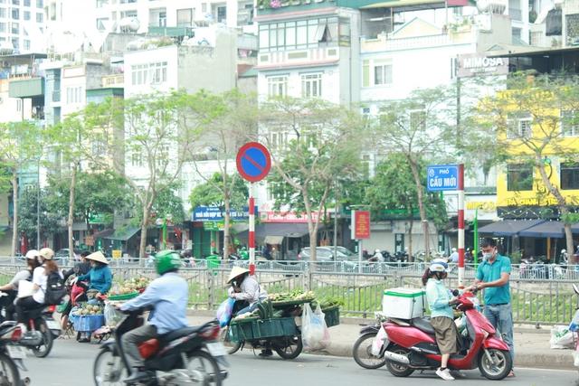 Nhan nhản chợ cóc chiếm dụng lòng đường trên nhiều tuyến phố Hà Nội - Ảnh 3.