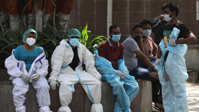Sóng thần đẩy y tế Ấn Độ đến bờ vực sụp đổ: Nghĩa trang hết chỗ, bệnh viện quay lưng với bệnh nhân, người dân tuyệt vọng - Ảnh 3.
