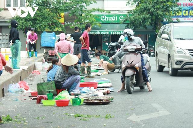 Nhan nhản chợ cóc chiếm dụng lòng đường trên nhiều tuyến phố Hà Nội - Ảnh 4.