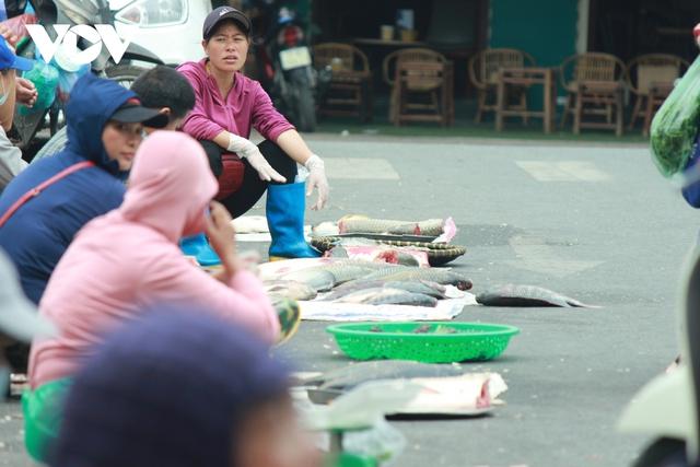 Nhan nhản chợ cóc chiếm dụng lòng đường trên nhiều tuyến phố Hà Nội - Ảnh 5.