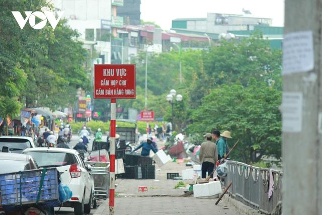 Nhan nhản chợ cóc chiếm dụng lòng đường trên nhiều tuyến phố Hà Nội - Ảnh 6.