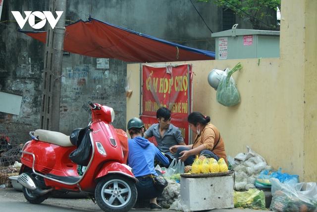 Nhan nhản chợ cóc chiếm dụng lòng đường trên nhiều tuyến phố Hà Nội - Ảnh 7.