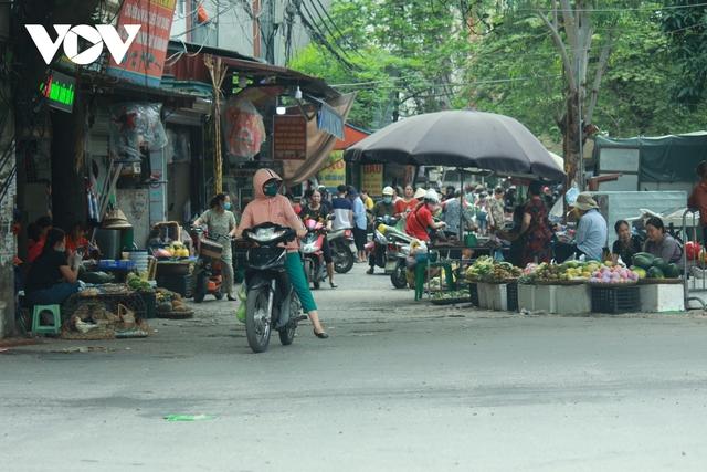 Nhan nhản chợ cóc chiếm dụng lòng đường trên nhiều tuyến phố Hà Nội - Ảnh 8.
