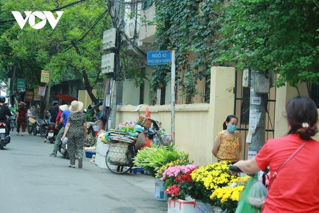 Nhan nhản chợ cóc chiếm dụng lòng đường trên nhiều tuyến phố Hà Nội - Ảnh 9.