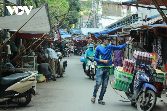 Nhan nhản chợ cóc chiếm dụng lòng đường trên nhiều tuyến phố Hà Nội - Ảnh 10.