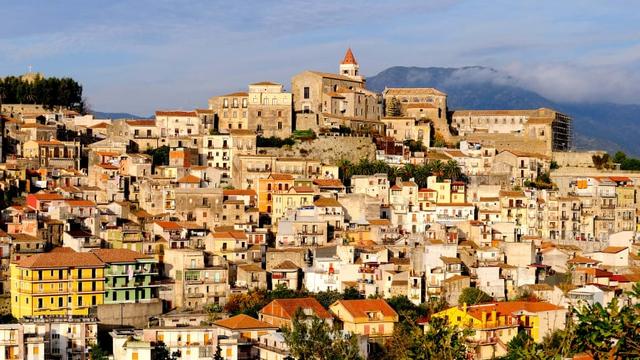 Trong khi cả thế giới đang quay cuồng vì sốt đất, lại thêm một thị trấn ở Italia bán nhà giá 1 Euro - Ảnh 2.