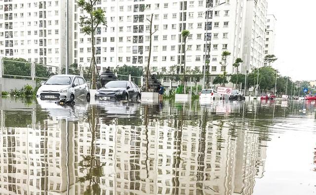 Hà Nội: Sau trận mưa lớn, hàng loạt ô tô ngập sâu trong biển nước - Ảnh 1.