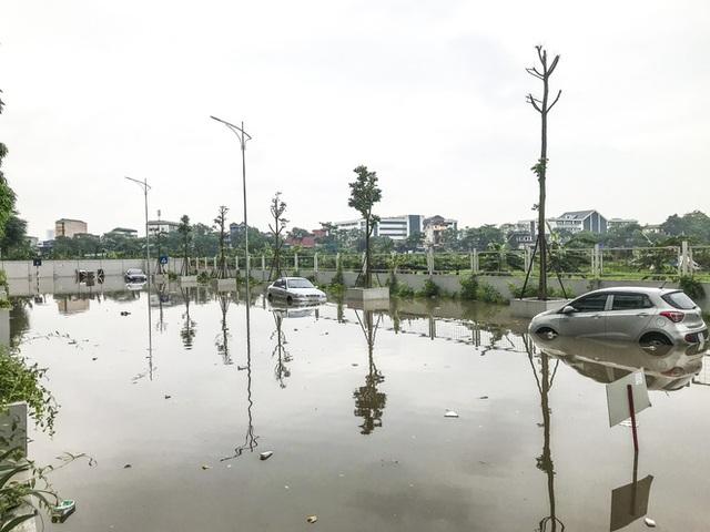 Hà Nội: Sau trận mưa lớn, hàng loạt ô tô ngập sâu trong biển nước - Ảnh 2.