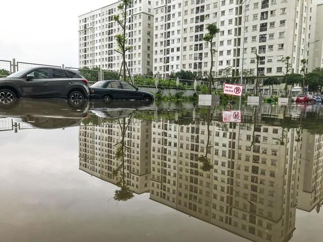 Hà Nội: Sau trận mưa lớn, hàng loạt ô tô ngập sâu trong biển nước - Ảnh 11.