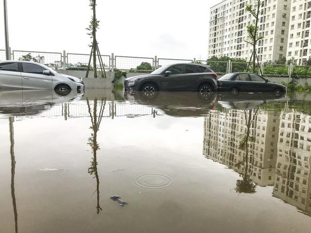 Hà Nội: Sau trận mưa lớn, hàng loạt ô tô ngập sâu trong biển nước - Ảnh 12.