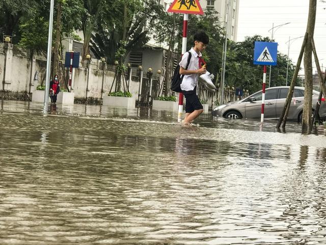 Hà Nội: Sau trận mưa lớn, hàng loạt ô tô ngập sâu trong biển nước - Ảnh 13.