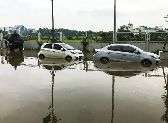 Hà Nội: Sau trận mưa lớn, hàng loạt ô tô ngập sâu trong biển nước - Ảnh 14.