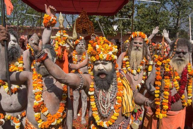 Cứ 4 phút có một người chết: Sự thảm khốc không tin nổi ở Ấn Độ sau kỳ lễ hội và làn sóng về quê - Ảnh 3.