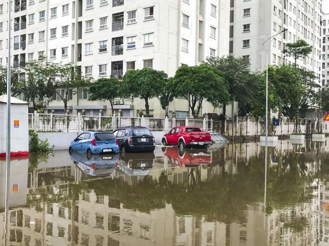 Hà Nội: Sau trận mưa lớn, hàng loạt ô tô ngập sâu trong biển nước - Ảnh 3.