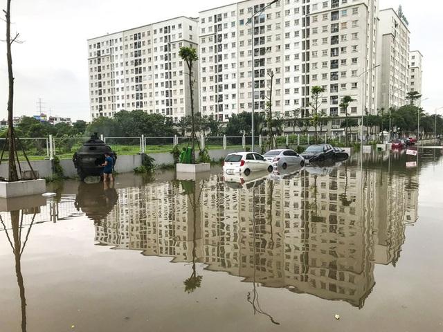 Hà Nội: Sau trận mưa lớn, hàng loạt ô tô ngập sâu trong biển nước - Ảnh 4.