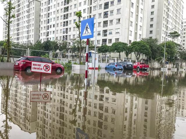 Hà Nội: Sau trận mưa lớn, hàng loạt ô tô ngập sâu trong biển nước - Ảnh 5.