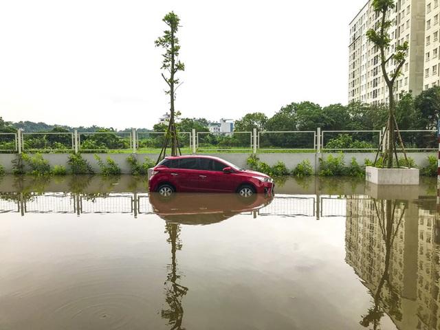 Hà Nội: Sau trận mưa lớn, hàng loạt ô tô ngập sâu trong biển nước - Ảnh 6.