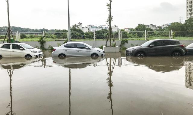 Hà Nội: Sau trận mưa lớn, hàng loạt ô tô ngập sâu trong biển nước - Ảnh 8.